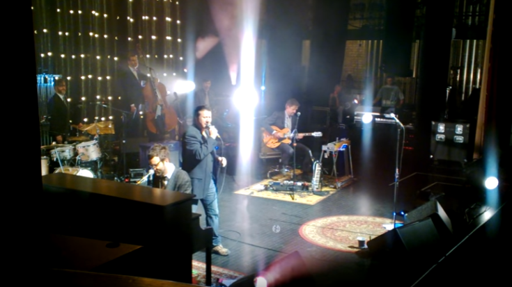 """Steve Perry Returns – Kills It On Stage with """"Open Arms"""" 