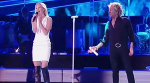 """Rod Stewart Pulls His Daughter On Stage For Breathtaking Duet Of """"Forever Young"""""""