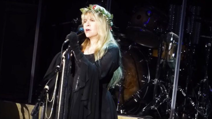 "Even 43 Years Later, Stevie Nicks Sings ""Landslide"" Like Only She Can 