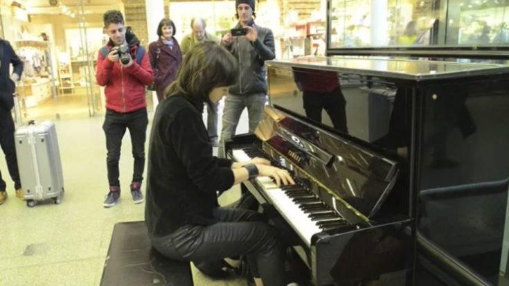 "She Starts Playing ""Bohemian Rhapsody"" On Elton John's Old Piano – People Immediately Start Filming | I Love Classic Rock Videos"