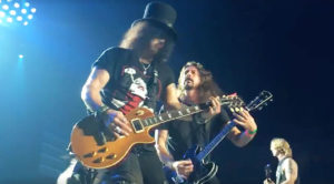 """Rock Worlds Collide When Dave Grohl Joins Guns N' Roses For Epic """"Paradise City"""" Performance"""