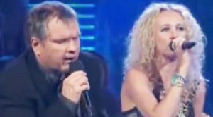 """Meat Loaf And His Daughter Pearl Have This Crowd On Their Feet For Their Epic """"Piece Of My Heart"""" Duet"""