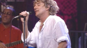 """Rod Stewart Goes Unplugged For """"Maggie May,"""" And The Result Is One Of His Greatest Performances Yet"""