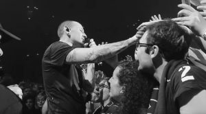"""Linkin Park Has Released One Of Chester's Last Performances Of """"Crawling"""" And It's Beyond Sad"""