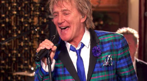 "Rod Stewart Is The Definition Of Smooth As He Rings In The New Year With ""Auld Lang Syne"""