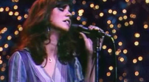"""No Christmas Is Complete Without Linda Ronstadt's Downright Heavenly Rendition Of """"White Christmas"""""""