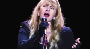 "Stevie Nicks Dedicates ""Landslide"" To Her Parents, And Doesn't Leave A Single Dry Eye In The House"
