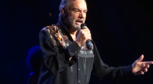 Neil Diamond Dusts Off This Forgotten Fan Favorite To The Delight Of One Very, Very Lucky Audience