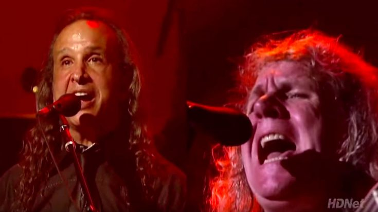 """Even 42 Years Later, Kansas Belt Out """"Carry On My Wayward Son"""" Like Nobody's Business! 