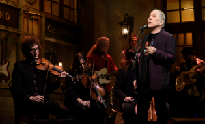 "Paul Simon Leaves Crowd Speechless As He Sings ""Bridge Over Troubled Water"" One Last Time On SNL"