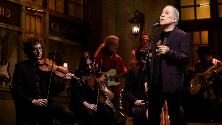 "Paul Simon Leaves Crowd Speechless As He Sings ""Bridge Over Troubled Water"" One Last Time On SNL 