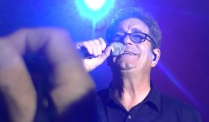 Huey Lewis Talks About His Hearing Condition And Jokes About Holograms
